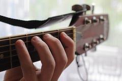 Solo sur la guitare Photographie stock libre de droits