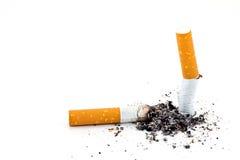 Solo tope de cigarrillo con la ceniza aislada Imágenes de archivo libres de regalías