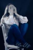 Solo, triste o en cara de la cubierta de la mujer joven del dolor Imagen de archivo libre de regalías