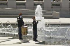 Solo trompetter en slagwerker royalty-vrije stock afbeeldingen