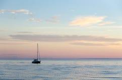 Solo velero en agua tranquila Imágenes de archivo libres de regalías