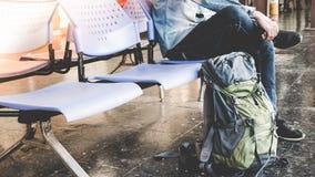 Solo viajero, ƒ largo del ¹ del สà del ³ del ะพฟà¸à¸ del viaje del backpacker que espera para Imagen de archivo