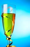 Solo vidrio de champán con el bobinador de cintas en modo continuo del oro Foto de archivo