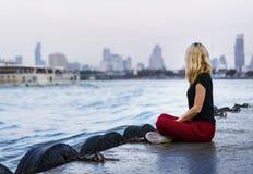 Solo vrouwenreiziger dichtbij de rivier royalty-vrije stock afbeelding