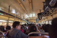 SOLOLA,危地马拉- 2017年11月13日:鸡公共汽车内部在危地马拉 有公共交通工具的Beacause人们AreTraveling  库存照片