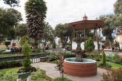 SOLOLA,危地马拉- 2017年11月13日:Solola街市镇公园和人 Guetemala 免版税库存照片