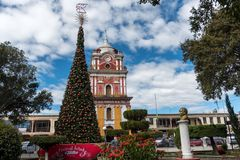 SOLOLA,危地马拉- 2017年11月13日:Solola街市镇大教堂和树 Guetemala 免版税图库摄影