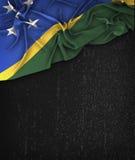 Solomon Islands Flag Vintage på en svart tavla för Grungesvart Royaltyfri Bild