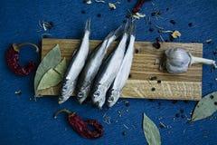 Solona ryba na drewnianym stojaku zdjęcie royalty free