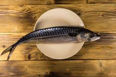 Solona scomber ryba na talerzu Cała makrela na drewnianym stole Obrazy Stock