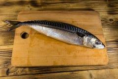 Solona scomber ryba na tnącej desce Obrazy Royalty Free