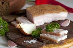 Solona wieprzowiny okrasa na żyto chlebie (salo) obrazy stock
