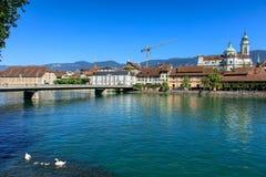 Solothurn cityscape med den Aare floden, Kreuzackerbruecke bridg Arkivfoto