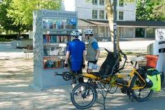 Solothurn, SO/die Schweiz - 2. Juni 2019: biccle Touristen die Bücher bei einer der freien offenen Bibliotheken in der Stadt stop stockbild