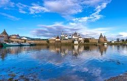 Solovetsky Kreml i aftonen, reflexion Royaltyfri Fotografi