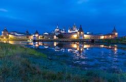 Solovetsky Kreml på natten med reflexion Royaltyfri Foto