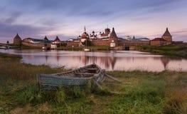 Solovki海岛,俄罗斯 Solovetsky Spaso-Preobrazhensky变貌修道院和大老小船的经典风景看法 图库摄影