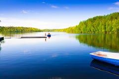 Solovki 风景湖木小船天,钓鱼 库存照片