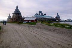 Solovki monaster widzieć od wiejskiej drogi (Rosja) obraz stock
