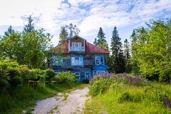 Solovki Ryssland - Juni 26, 2016: ArchimandriteMakarius stuga som byggs i 1882 Fotografering för Bildbyråer