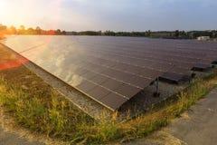 Solpanel alternativ elektricitetskälla - begreppet av hållbara resurser och detta är den mono typen för solpanelen royaltyfria bilder