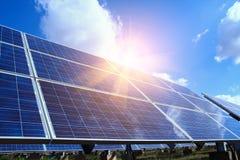 Solpanel alternativ elektricitetskälla - begreppet av hållbara resurser och detta är ett nytt system som kan frambringa royaltyfria foton