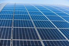Solpanel alternativ källa av energi Arkivfoton