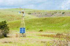 Solpanel för källor för alternativ energi på tappningväderkvarnJuxtaposition Royaltyfri Fotografi