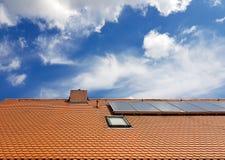 Solpanel för varmvattensystemet som ackumulerar solljusenergi med blå himmel royaltyfri fotografi