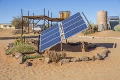 Solpanel i lantgården Gunsbewys i sydliga Namibia Royaltyfria Bilder