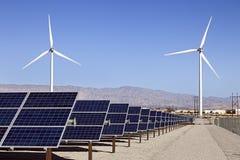 Solpanel- och för vindturbiner makt Arkivfoto