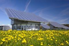 Solpanel på det industriella taket arkivfoton