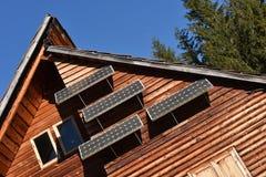Solpanel på ett trähus fotografering för bildbyråer