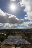 Solpanel under solen arkivbilder