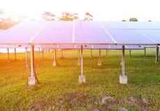Solpanelen producerar förnybara energikällor, vänlig energi från arkivbilder