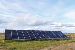 Solpanelen producerar grön miljövänlig energi Royaltyfri Bild