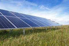 Solpanelen producerar grön miljövänlig energi Royaltyfria Foton