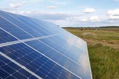 Solpanelen producerar grön miljövänlig energi Royaltyfri Fotografi