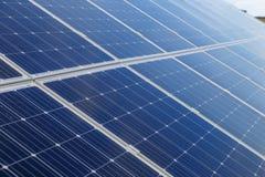 Solpanelen producerar grön miljövänlig energi Arkivfoton