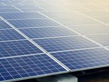Solpanelenergi - begrepp för besparingekologibransch Royaltyfri Bild