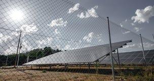 Solpaneler beskådar med staketet Arkivbilder