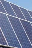 Solpaneler blöter upp solen arkivbilder