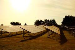Solpaneler brukar i ett fält i bygden arkivfoton