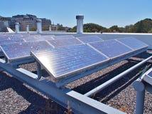 Solpaneler eller sol- celler på tak arkivbilder