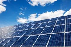 Solpaneler - en alternativ källa av energi ovanför wind för transport för station för miljövänligt för medel för energi för cykel arkivbilder