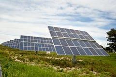 Solpaneler för grön energi Arkivbild