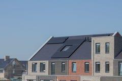 Solpaneler för hållbarhet på taket av ett hus i constr fotografering för bildbyråer