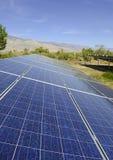 Solpaneler i en ökenmiljö Arkivfoto
