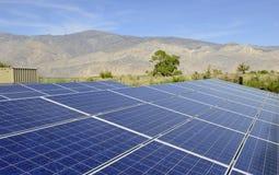 Solpaneler i en ökenmiljö Arkivbild