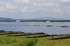 Solpaneler i grönt fält Royaltyfri Bild